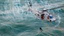Archief. De NH-90 wincht de duiker naar beneden op volle zee.