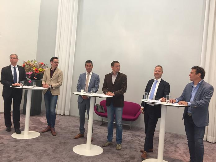 V.l.n.r.: Marco Verloop (SGP), Dylan Lochtenberg (VVD), formateur Wouter de Jong, Frank Bartelds (hoofd communicatie), Engbert Stroobosscher (CU), Martijn Beek (ProVeenendaal)