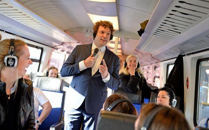 AKI-directeur Marc Boumeester promoot in de trein van Rijksmuseum Twenthe naar Rijksmuseum Amsterdam zijn boek.