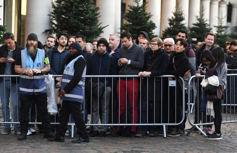 Ook in Londen hebben veel fans uren in de kou gewacht voor een toestel.