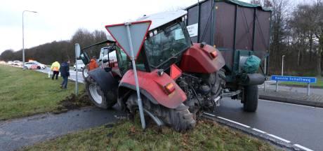 Tractor met aanhanger schaart vlak voor rotonde in Emmeloord