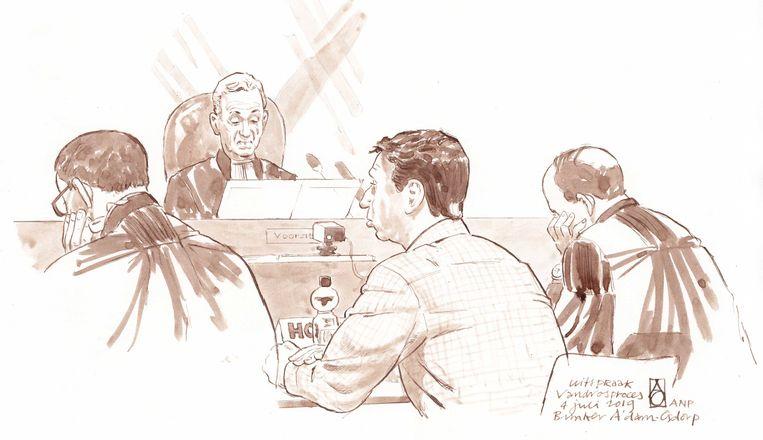 Rechtbanktekening van Willem Holleeder en zijn advocaten Robert Malewizc en Sander Janssen tijdens de uitspraak in de zaak tegen de Amsterdamse topcrimineel.  Beeld ANP
