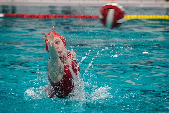 Keepster Tessa Bastings van PSV Waterpolo in actie (archieffoto).