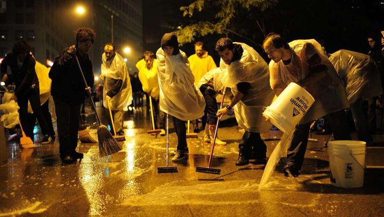 Na de mededeling dat het park wordt schoongeveegd, zijn de deelnemers van Occupy Wall Street de hele nacht aan het schoonmaken geweest. Beeld afp
