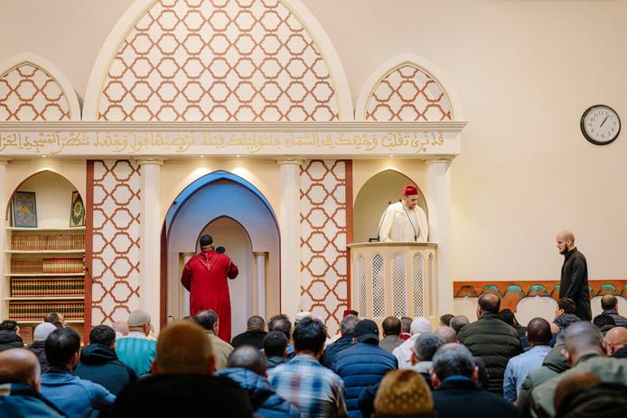 Imam Elforkani luistert op de preekstoel naar de gebedsoproeper. Buiten was niets te horen.