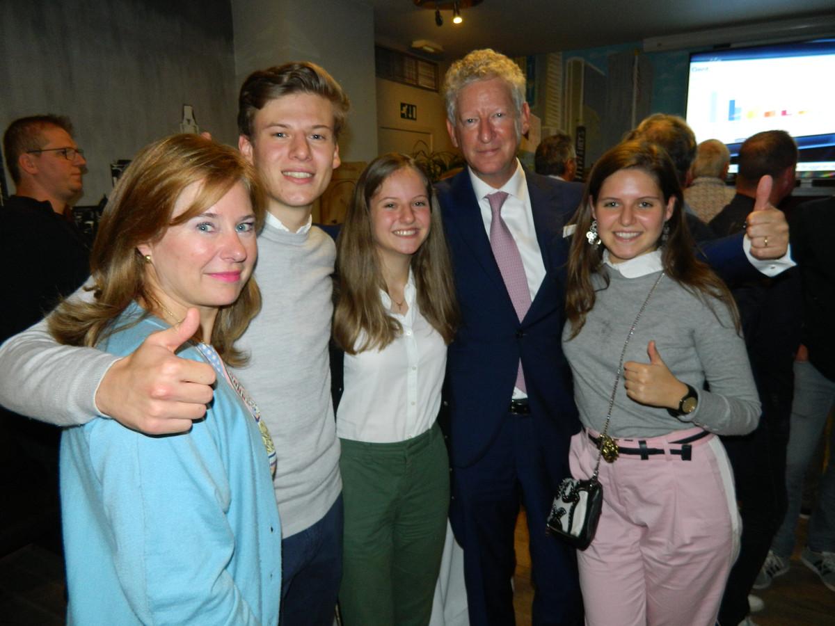 Pieter De Crem werd meteen omarmd door zijn vrouw Caroline en zijn kinderen Constantijn, Alicia en Victoria.