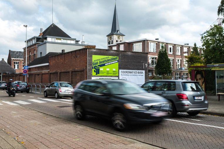 In de Robianostraat durven automobilisten wel eens fors het gaspedaal induwen, met alle gevaren van dien voor de schoolgaande jeugd.