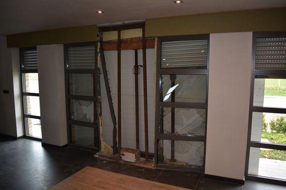 Enkele ramen en een deel van de muur raakten beschadigd bij het ongeval.