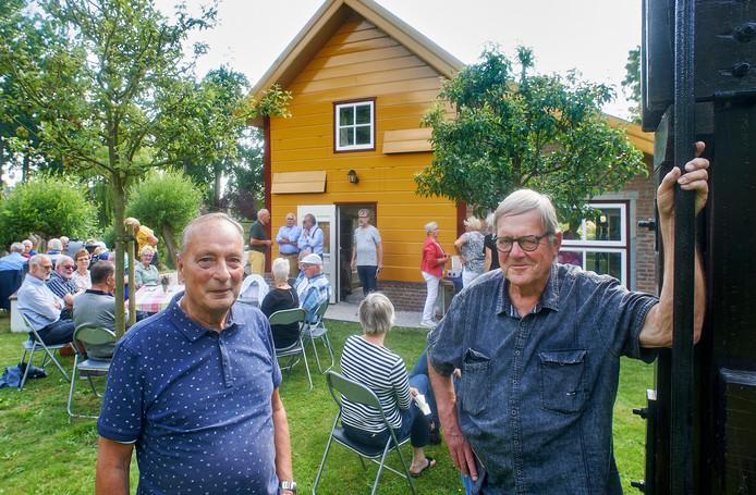 Jacques Leverdingen en Henk Reijs van het Ravensteinse leerlooierhuisje vieren het 10-jarig bestaan met veertig vrijwilligers.