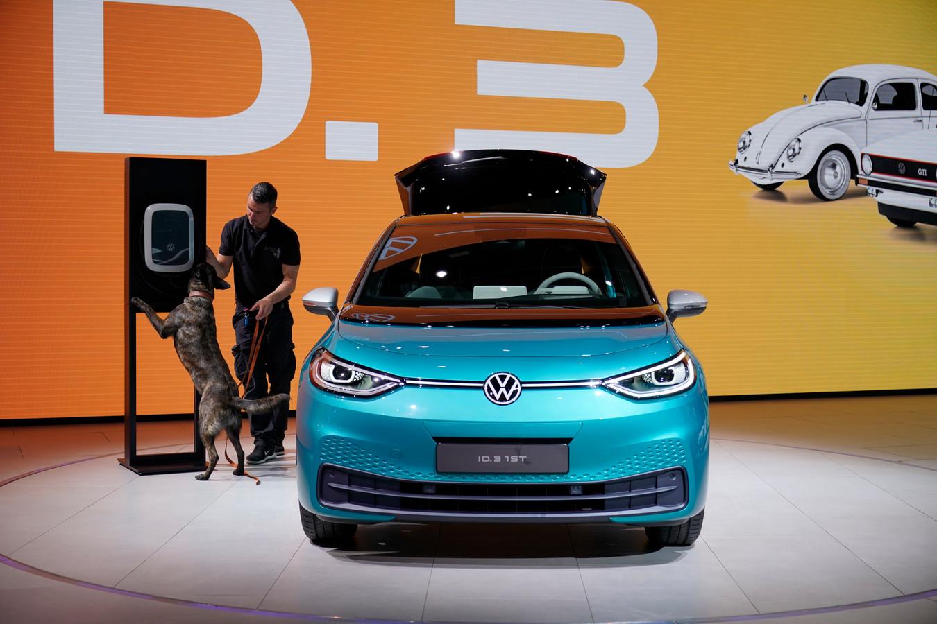 De prof denkt dat merken zoals Volkswagen Tesla uit de markt zullen concurreren.