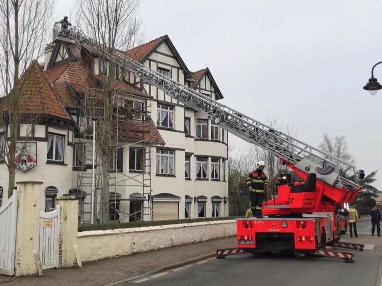 De ladderwagen van de brandweer aan de villa in Driftweg.