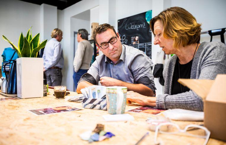 Richard de Mos in gesprek met iemand die werkt bij de sociale onderneming Made in Moerwijk. Beeld Freek van den Bergh