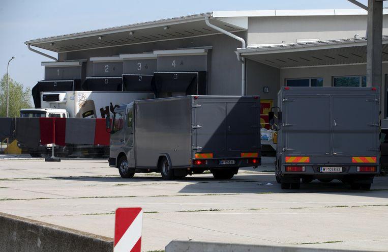 Speciale vrachtwagens brengen de lichamen over naar Wenen.