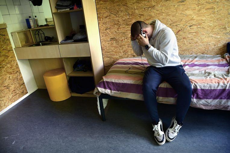 Alex (16) op zijn kamer in Midgaard. Beeld Marcel van den Bergh / de Volkskrant
