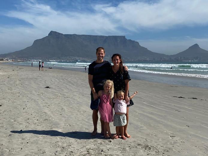 Istvan Bakx en vriendin Zenna waren dinsdag met hun dochters Hagar (links) en Bashe op Milnerton Beach. Op de achtergrond de Tafelberg.