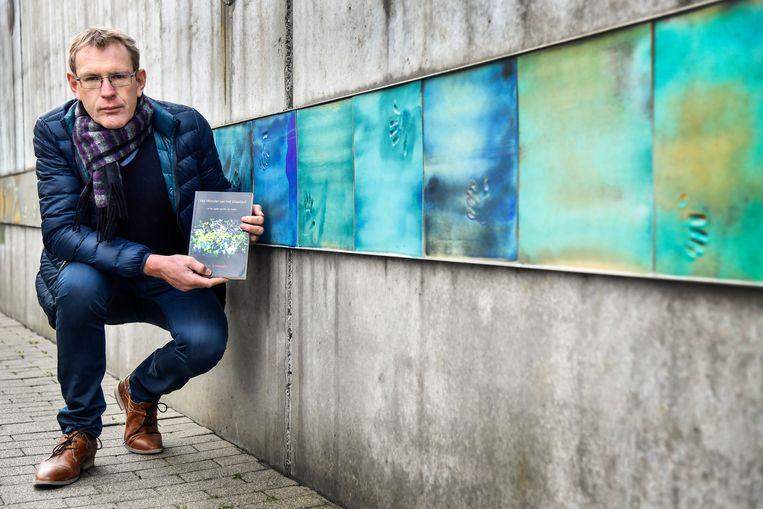 Auteur Luc Schoonjans, aan het herdenkingsmomument van Fabeltjesland, kon zich voor zijn boek over Kim De Gelder baseren op het volledige gerechtelijke dossier.