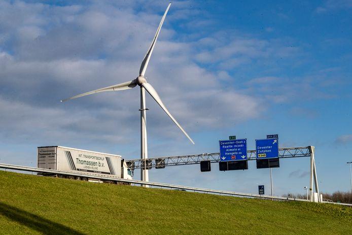 Een van de Deventer windmolens bij de snelweg A1.