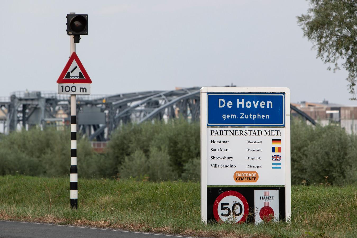 De welkomstborden bij Zutphen. De samenwerkingen met de partnersteden worden binnenkort gestopt.