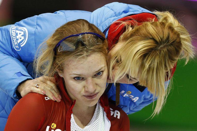 Yvonne Nauta met coach Marianne Timmer afloop van de 5000 meter tijdens het olympisch kwalificatietoernooi in het Thialf-stadion. Beeld anp