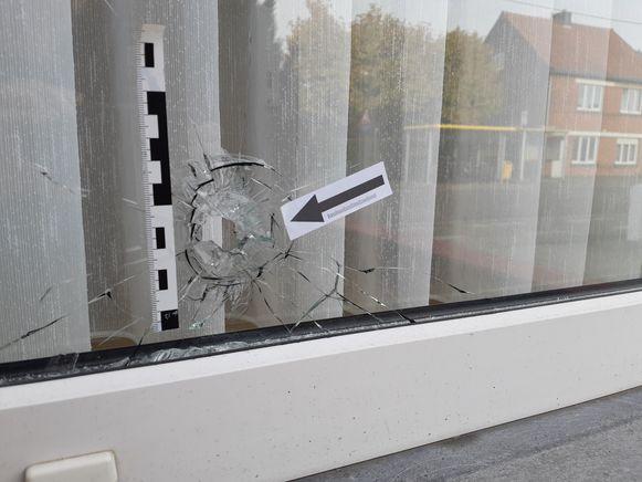 De eerste kogel sloeg in in de ruit van de woning in Vellare.
