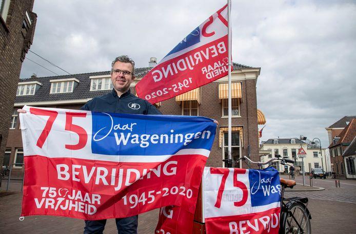 Robert Frijlink vverkoopt de Wageningse Bevrijdingsvlag en bezorgt deze ook aan huis.