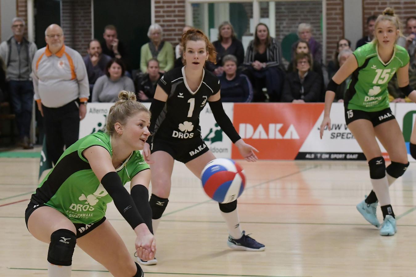Lauri Luijken verstuurt een pass namens Alterno in de met 3-1 gewonnen thuiswedstrijd tegen FAST. Ploeggenoten Yvette Visser en Anna Zijl kijken toe.