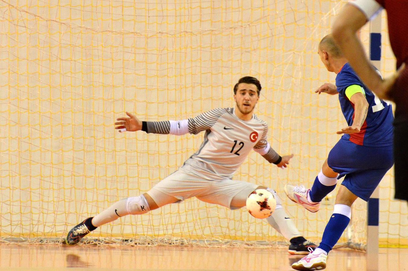 Zaalvoetbalkeeper Alpay Yuzgec in actie namens Turkije.