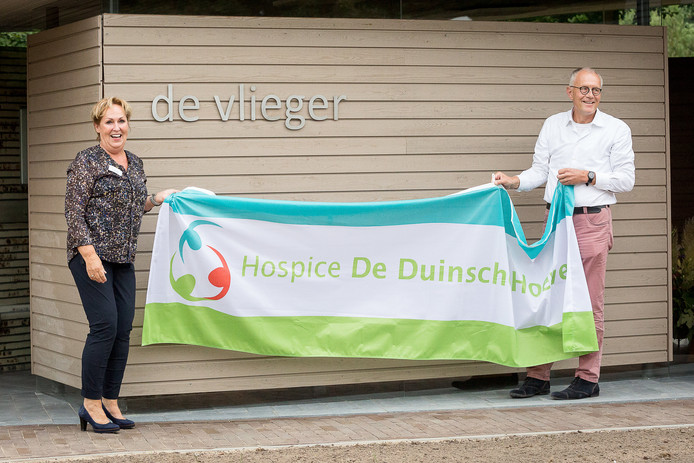 Duinsche Hoeve opent stiltecentrum. Op de foto de onthulling van de naam van het stiltecentrum: De vlieger.