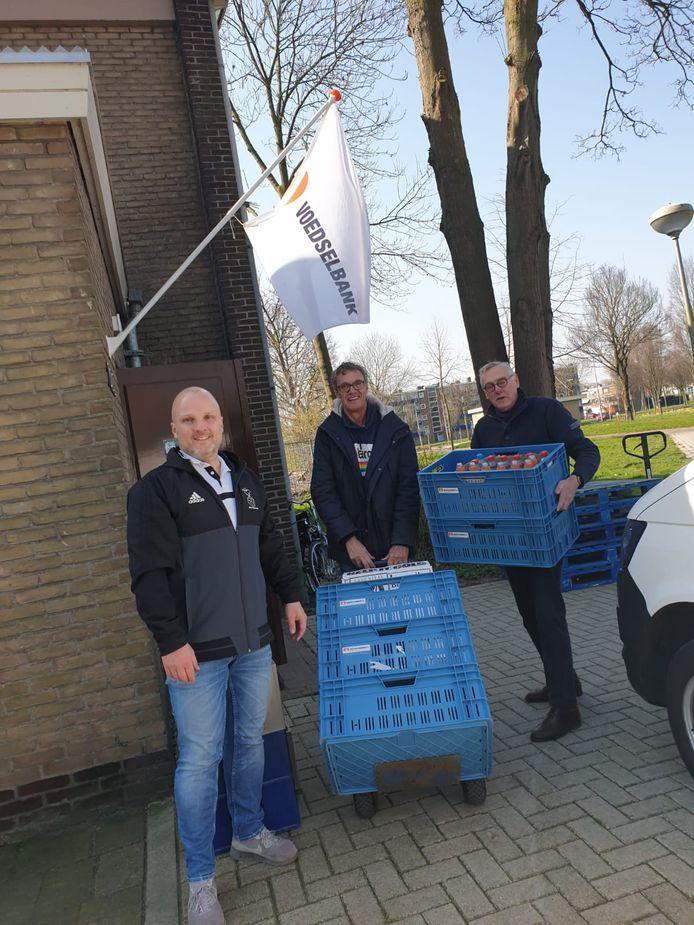 Jean Paul Bazen (links) bij de producten die Pelikaan aan de Voedselbank in Zwijndrecht schonk.