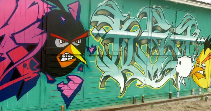 Vierde Graffiti Jam in Roosendaal weer groter feestje met toevoeging van het Sfeerstrand. De KSA crew uit Brussel aan het werk.