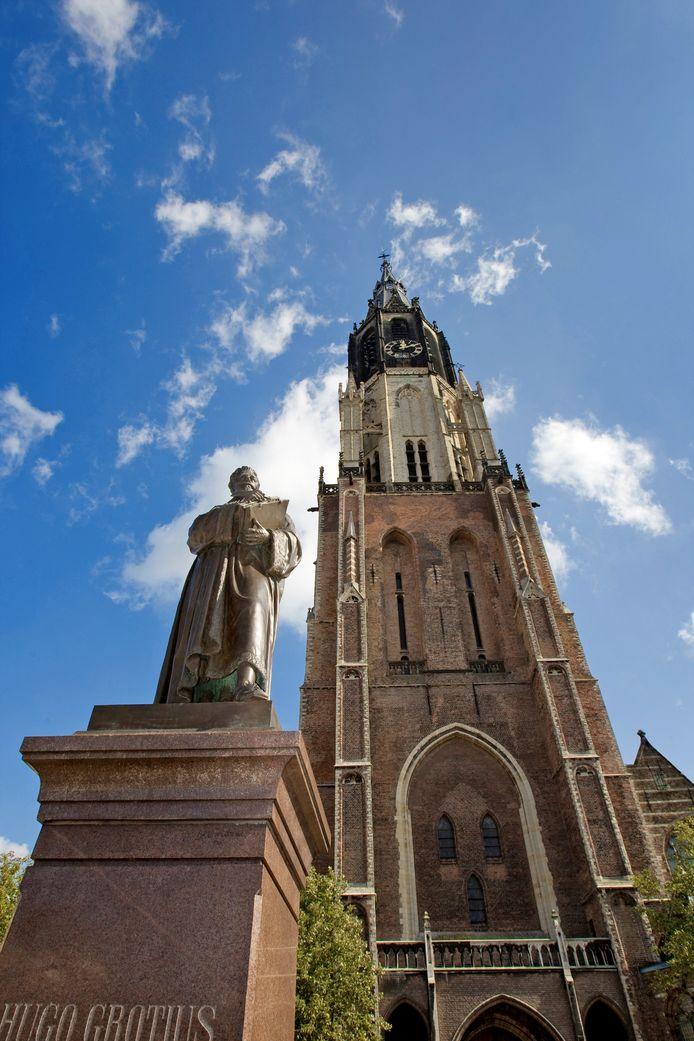 Het standbeeld van Hugo de Groot, op de Markt, voor de Nieuwe Kerk.