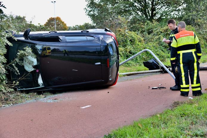 Op de Backer en Ruebweg in Breda zorgde een auto die van de weg raakte zondagochtend voor veel schade.