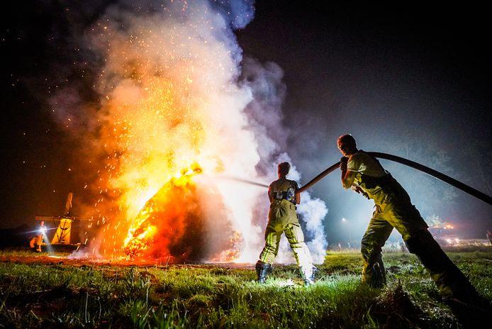 Stapel hooi in brand in Nuenen.