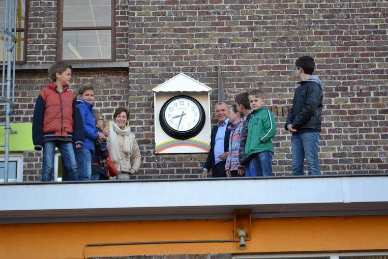 De klok werd feestelijk ingehuldigd in bijzijn van enkele leerlingen.