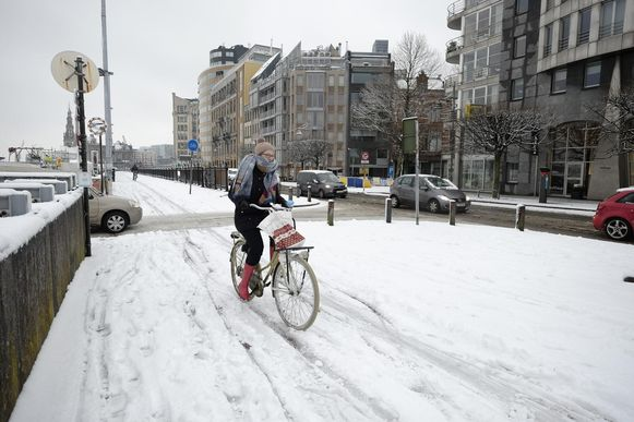 Fietspaden in Antwerpen waren maandag en dinsdag vaak niet of niet voldoende sneeuwvrij gemaakt, terwijl de autoweg al wel sneeuwvrij was.