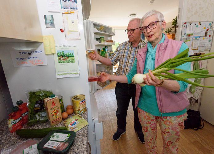 De Voedselbank Eindhoven biedt voedselpakketten aan 650 Eindhovenaren, onder wie ouderen als Jan en Astrid van der Meijden (archieffoto).