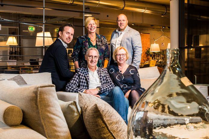 Ondernemer Jeroen en Joke Brok stoppen met de winkel aan Chrtistiaan de Wetstraat  daarachter de nieuwe eigenaren  vlnr Jeffreu Blikman , Astrid Knoef , Ruurd de Vries