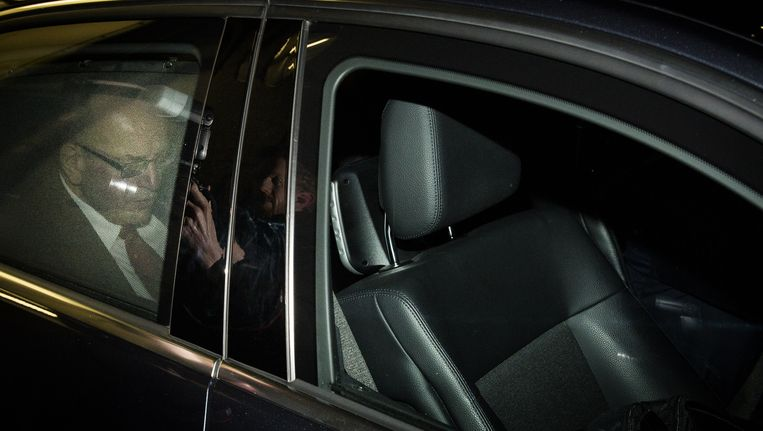 Staatssecretaris Fred Teeven van Veiligheid en Justitie verlaat het ministerie, na afloop van de persconferentie waarin hij zijn aftreden aankondigt. Het aftreden volgt naar aanleiding van 4,7 miljoen gulden die gemoeid was met de deal met drugscrimineel Cees 'Puk' H. Beeld anp