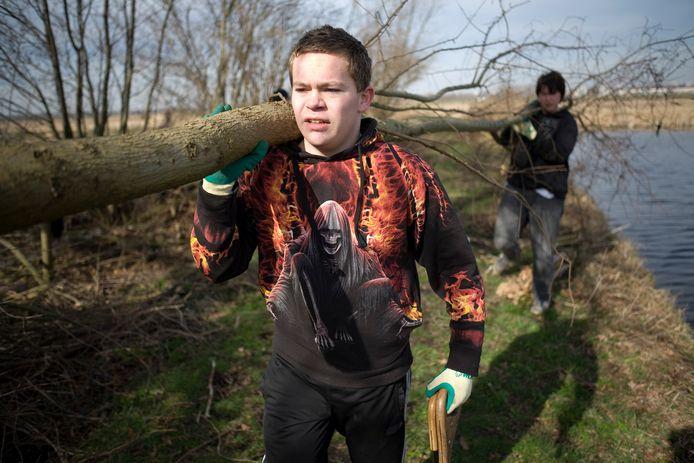 Middelbare scholieren knotten wilgen in de polder. 'De maatschappelijke stage was, anders dan een gewone stage, niet bedoeld als beroepsvormend, maar als karaktervormend.'