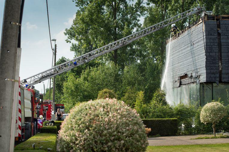 De brandweer had vooral problemen om de buitenbekleiding van de woning te blussen.