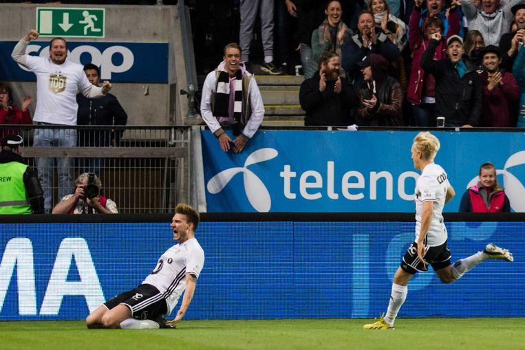 Nicklas Bendtner juicht het uit nadat hij gescoord heeft.