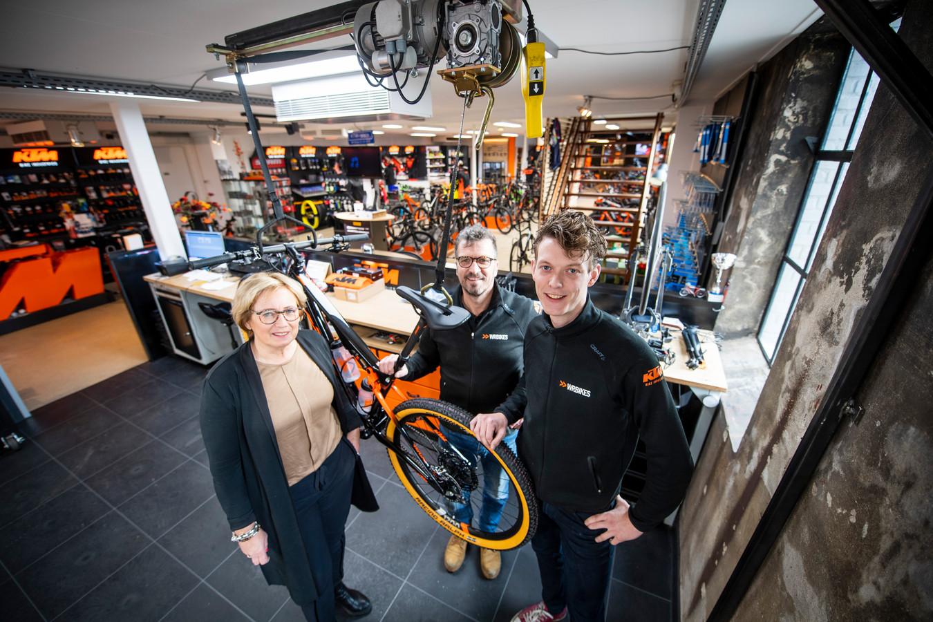 Eigenaren Petra, Wim en Maarten Rechterschot in hun zaak WR Bikes.