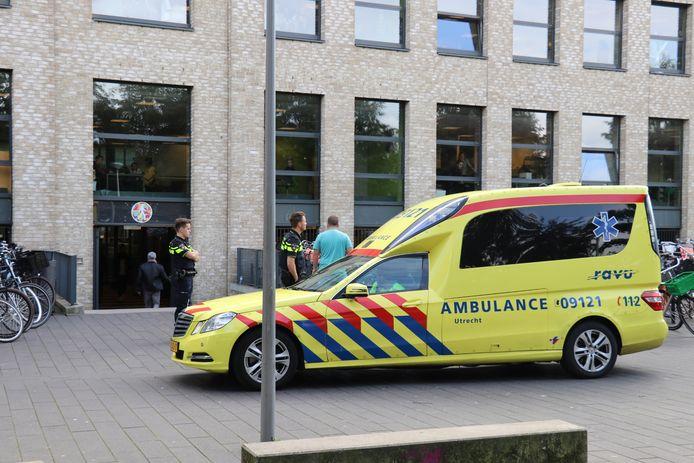 Politie en ambulance gingen naar het Amadeus Lyceum in verband met de steekpartij.