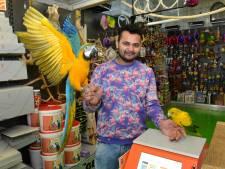 Laatste postkantoor sluit: voortaan postzegels kopen in papegaaienwinkel