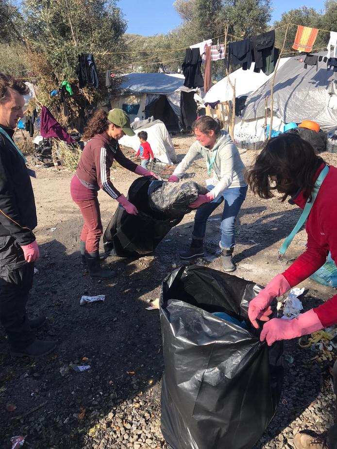 Vrijwilligers van Because we Carry spannen zich in voor de vluchtelingen op Lesbos (12)
