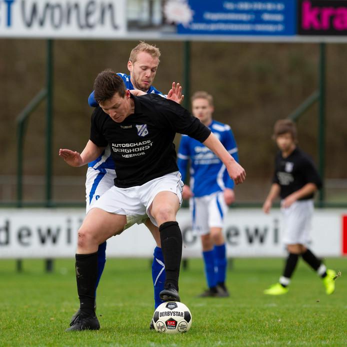 Ronald Winter (in het blauw) is bezig aan een sterk seizoen voor Noord Veluwe Boys.