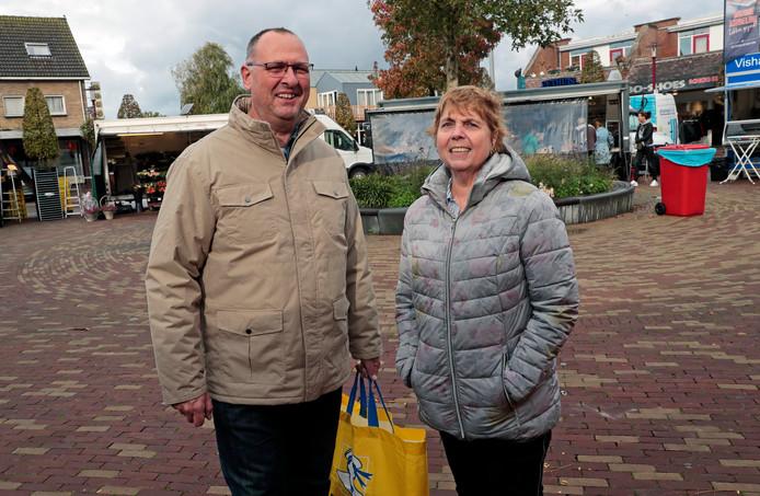 """,,Er moet een betaalbare supermarkt bij"""", vindt Anja Meijer, hier met haar man op de weekmarkt in Rockanje. Boodschappen doet ze nu bij Jumbo en Lidl in Hellevoetsluis."""