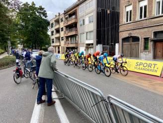 Start- en aankomstzone Scheldeprijs afgeschermd: toeschouwers proberen elders glimp op te vangen van wielrenners
