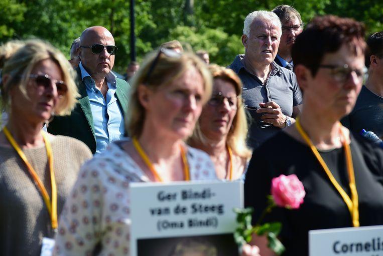 Misdaadverslaggevers Peter R. de Vries en John van den Heuvel (op de achtergrond) waren aanwezig bij de stille tocht. Beeld Marcel van den Bergh / de Volkskrant