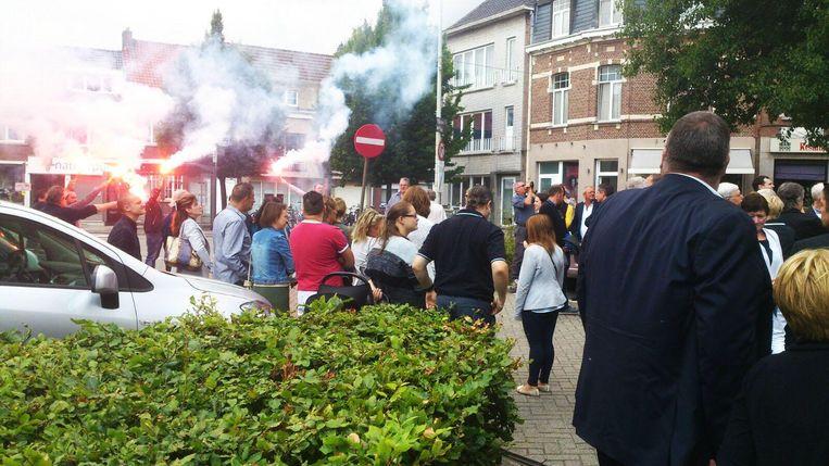 De voetbalvrienden van Yves staken Bengaals vuur af aan de kerk.